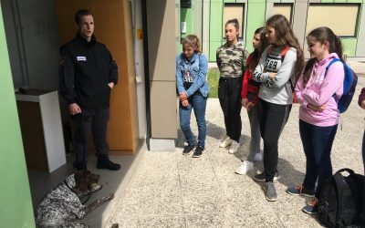 Obisk PP vodnikov službenih psov – 8. c