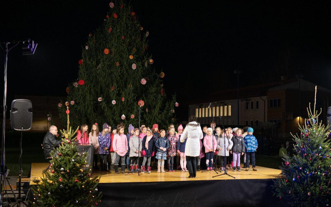 Nastop Kuštravcev na otvoritvi Veselega decembra