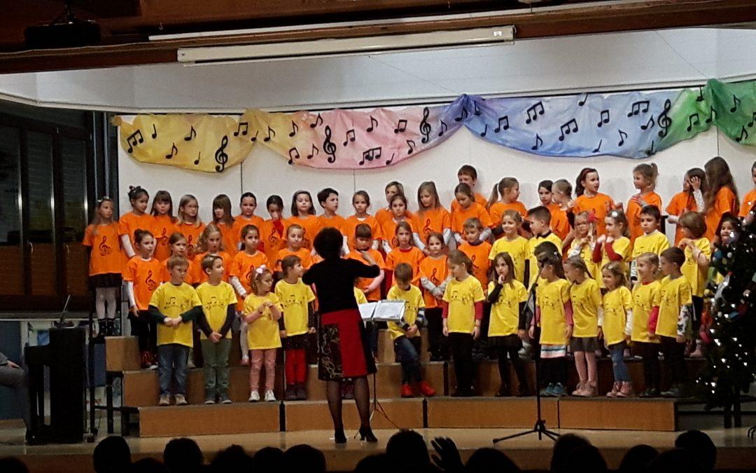 Nastop otroških pevskih zborov na Lošci 1